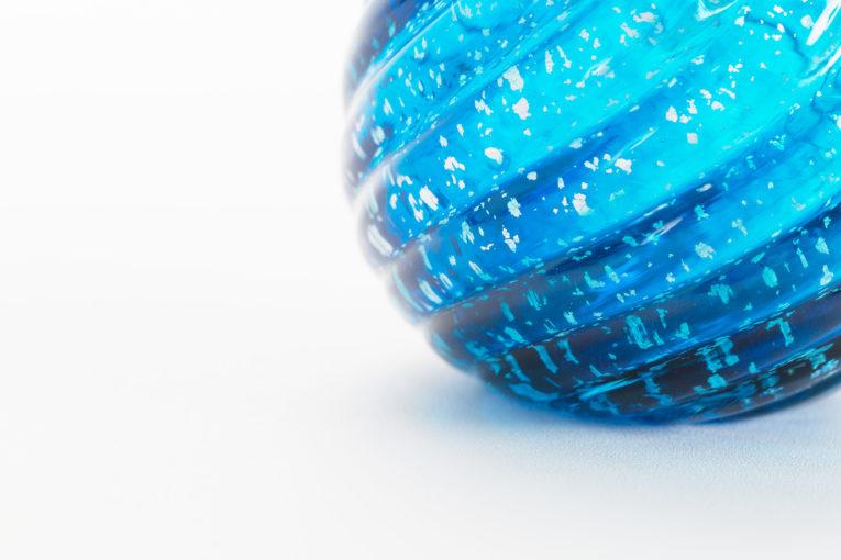 いのりオーケストラの代表的な骨壷。ガラスのミニ骨壷、花音ブルー